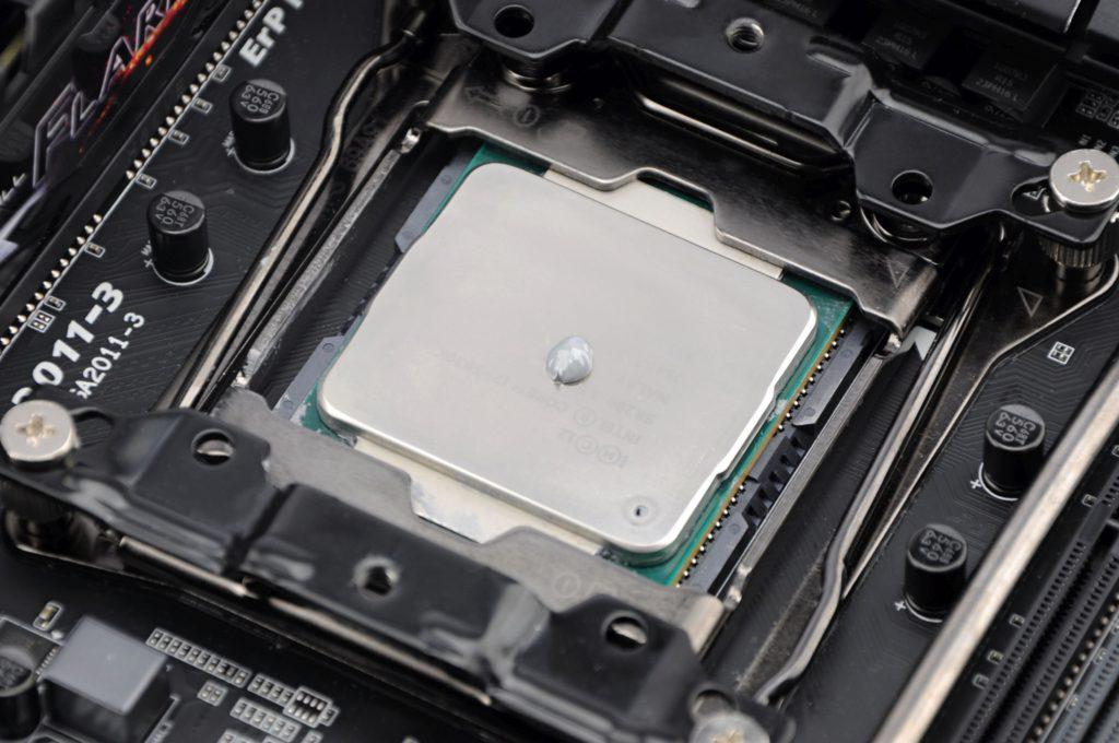 Koelpasta aanbrengen op processor